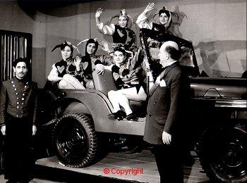 İçindeki Asistanlarla Birlikte Sahnede Kaybolan Araba İllüzyonu