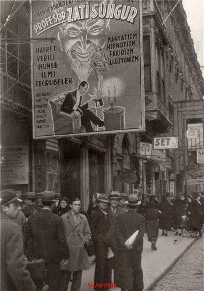 Istanbul: Latin Amerika'dan Türkiye'ye Dönüşünde (1936) İlk Gösterilerini Sergilediği Fransız Tiyatrosu (Ses Tiyatrosu) Afişinin Altında..