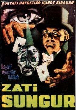 """Zati Sungur'un bu en tanınan afişi İllüzyonist """"Ordini"""" Kaya Elöver'in sanat eserlerinden bir tanesidir."""